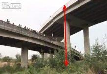 video-motociclista-cae-de-puente